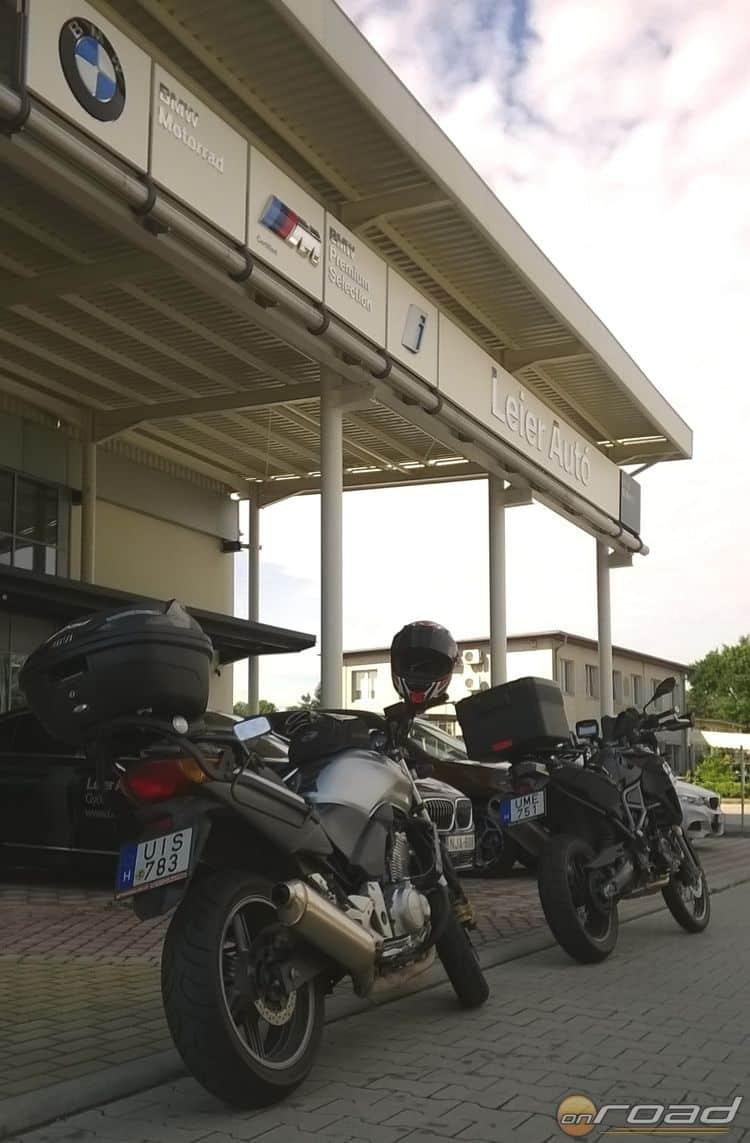 Indulás előtt, a győri BMW Motorrad Leier szalon ajtajában