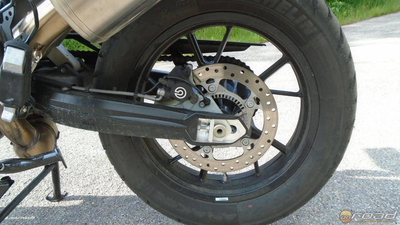 A hátsó fék önállóan működik és kell is a hatékony lassításhoz