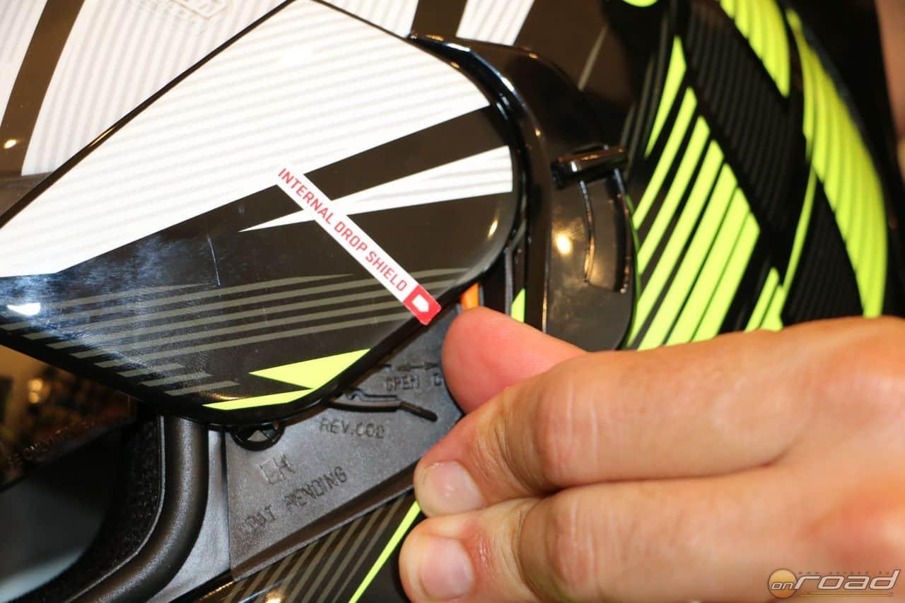 A plexi levétele villámgyors, egyetlen mozdulat. Ebből is rengeteg színt vehetünk hozzá!