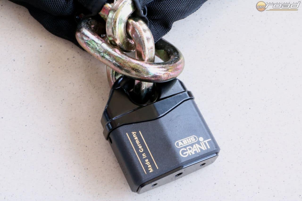 A súlyos lakat zárnyelvét mindkét oldalon ugyanolyan biztonsági rendszer rögzíti, kulcsa - ahogy minden más Abus terméké - csak a gyárban, kódkártyával másolható