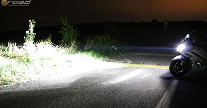 A fénydiódáknak hála hófehér fény van a motor előtt - és ha bedöntjük, az ívbelső oldalon mellette is