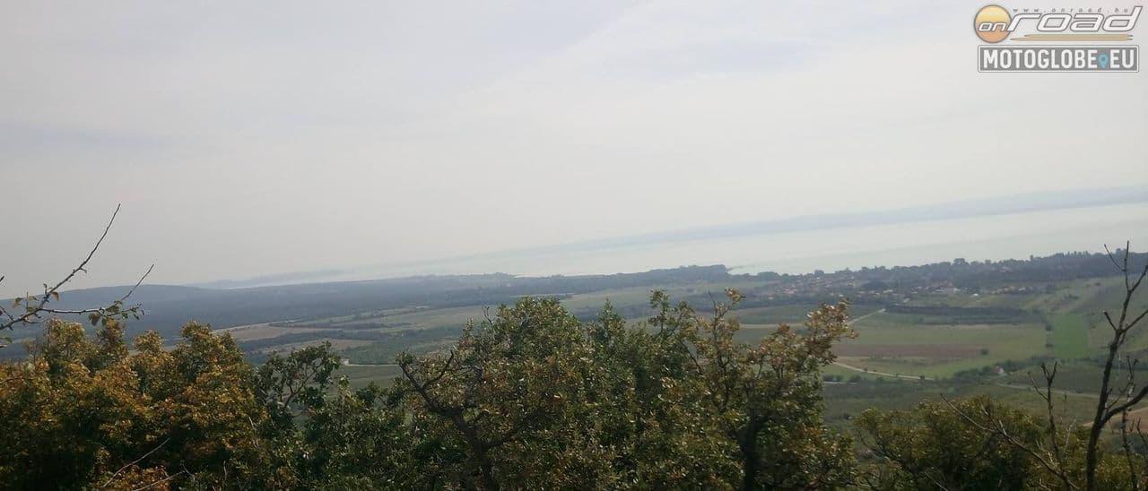 A Balaton nagyobbik medencéje Tihanytól Keszthelyig a lábad előtt hever!