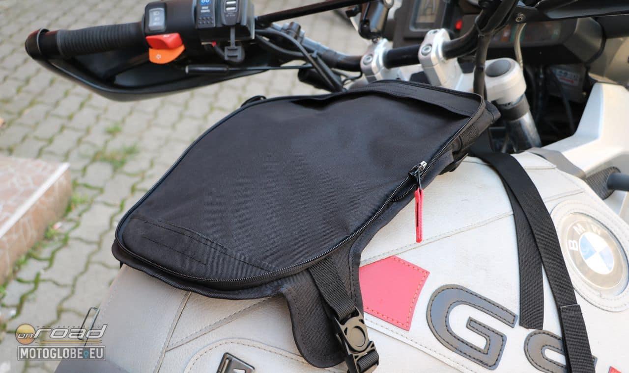 A táska alaplapja cipzárral szedhető le és a mágnesek mellett hevederekkel is rögzíthetők a motorra - így ez a darab akár állandóra ott maradhat