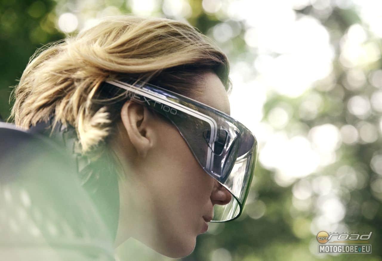 A motorhoz jár egy szemüveg is, ami helyettesíti a sisakplexit és a komplett műszerfalat, de még a visszapillantó tükröket is