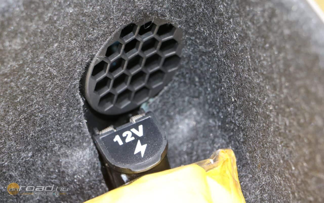 A topcase 12 voltos csatlakozót is rejt