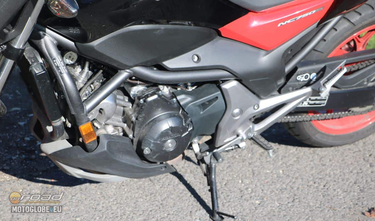 Csupasz motorban meghatározó és látható kell hogy legyen a blokk