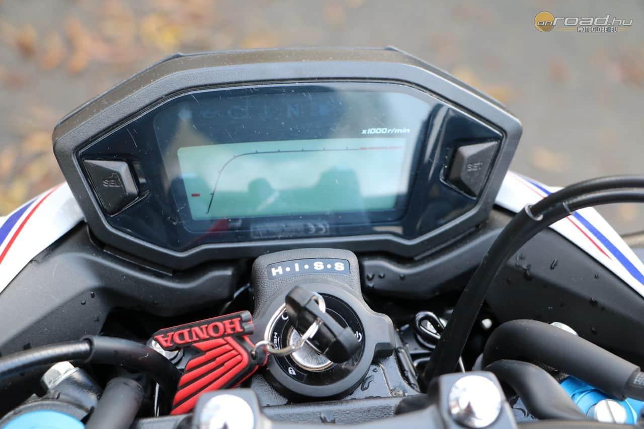 A képen nem, de a videóban látszik: áttekinthető és informatív a műszerfal