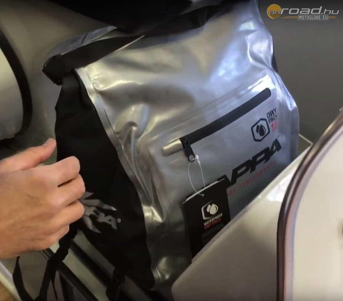 A táska maga ugyanaz, mint az előző. A rögzítése miatt azonban kimondottan a robogók lábterébe való