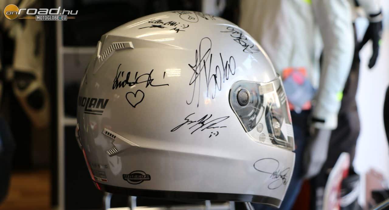 A Nolant a korábbi Pető Intézetes motorozásokon részt vett hazai hírességek írták alá