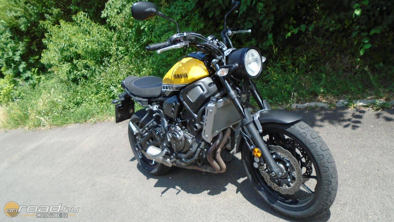 Az XSR700 egy múltat idéző, klasszikus megjelenésű motor