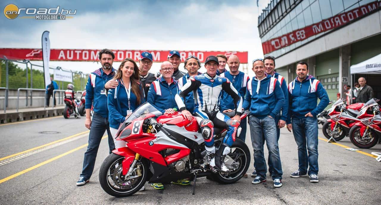 A szervező csapat. A motoron ülő sportos német úr Sepp Mächler, az S1000RR atyja