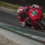 2018-Ducati-Panigale-V4-onroad-011