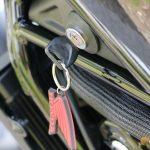 Az indítókulcs nyílása a motor oldalán található. Nyugi, nem nyomja a térdet!